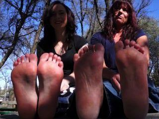 媽媽和女兒顯示腳