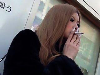 吸煙戀物癖亞洲人。
