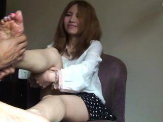 台灣女孩得到足部按摩