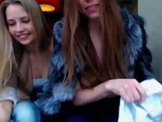兩個女孩在公眾閃動