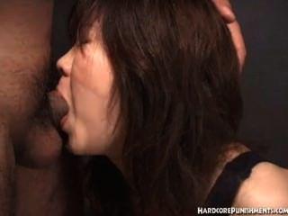 日本婦女給口氣,當栓在繩索時