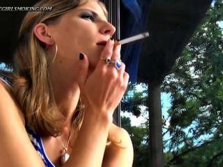 女孩吸煙新港100香煙喝cofee thegirlsmoking。
