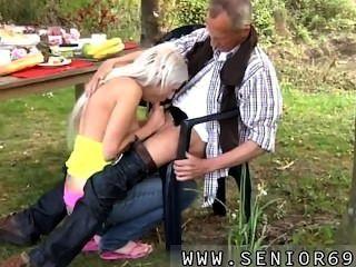 保羅在有他新的女朋友的庭院裡享用他的早餐。