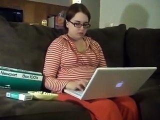 16周懷孕的紐波特女人吸煙。