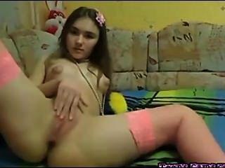 完美的青少年摩擦她的陰部和手指她的屁股
