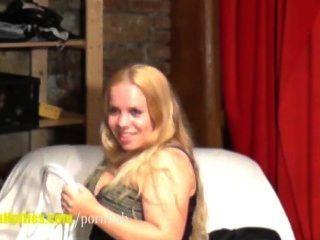 可愛的18yo脂肪顯示她的大身體在第一次鑄造