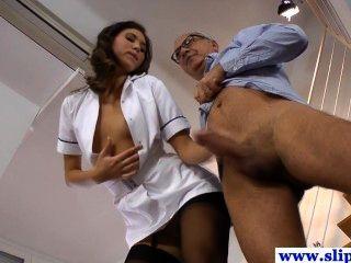 華麗的長腿護士寶貝在絲襪釘