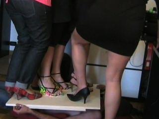 踐踏在高跟鞋的意大利婦女