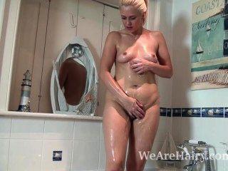 anna喜歡一個肥皂浴,然後手淫