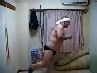 色情的角質日本男性跳舞