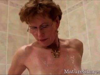 奶奶刮她的公雞飢餓的陰道