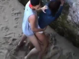 間諜在一個裸體主義的海灘