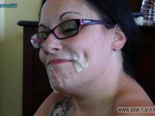 白色bbw炫耀在她的面孔從許多公雞面部彙編