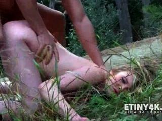 他媽的她與避孕套在森林裡