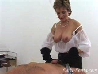 華麗的女士索尼婭在毛皮手套跳脫迪克奴隸。