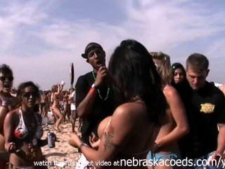 最大的海灘聚會在世界真正的女孩閃爍的陰部和山雀padre
