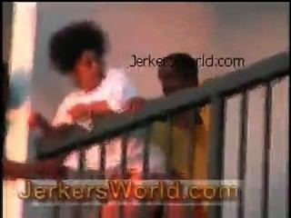 鋤他媽的在酒店陽台上觀眾觀看