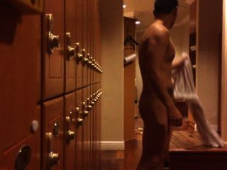 更衣室:裸體的傢伙抓住他的公雞