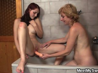 老夫婦他媽的青少年在浴室裡