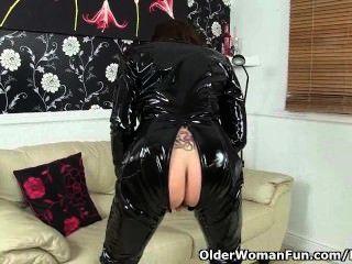 英國老奶奶georgie從來不停地驚奇你在她的catsuit