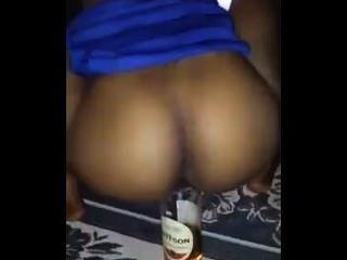醉酒的女孩他媽的酒瓶在家人和朋友面前!