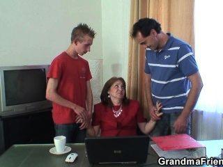 熱的老婆婆三人行在辦公室