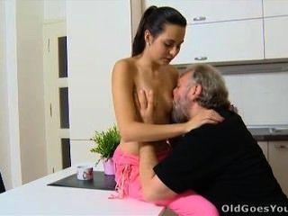 老去年輕lora和她的人在廚房裡