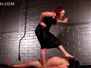 在bdsm視頻中的紅發女主人酷刑公雞