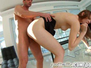 屁股交通粗糙的肛交和deepthroating為俄國青少年