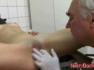 骯髒的老俄國婦產科醫師他媽的青少年