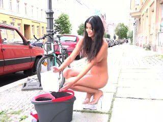 michaela的裸體在街上