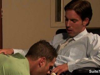淘氣的同性戀者得到屁股釘子和cummed在工作