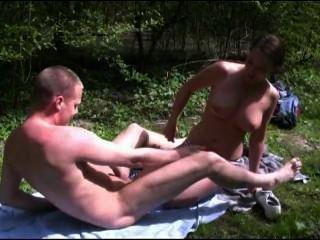 [荷蘭色情]她被罰款,因為她在forrest中非法曬日光浴