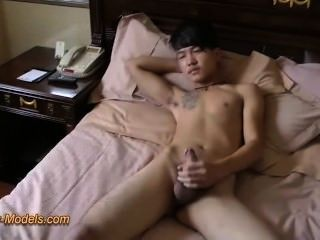 壞紋身亞洲男孩混蛋