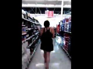 年輕豐滿青少年偷看在商店查找她的裙子