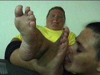 噁心的腳崇拜醜陋的女人