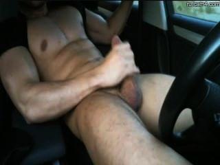運動螺柱在車裡開