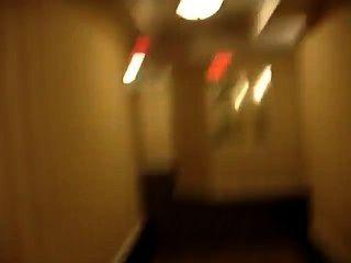 赤裸在酒店的走廊和幾乎抓住