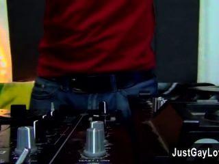 同性戀性感年輕dj andy凱正在他的技能在甲板上和