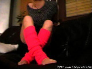瑪麗戲弄她性感的腳在沙發上