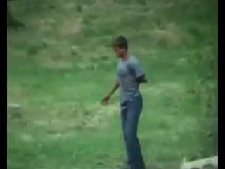 國家男孩gothorny在樹林裡。間諜凸輪。