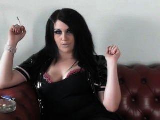 公主吸煙在pvc&腳跟在沙發上