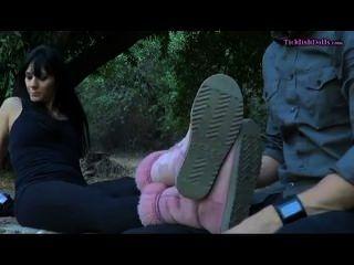 dominatrix讓她的腳發癢