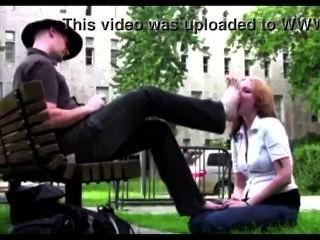在公園奴隸女孩崇拜她的主腳
