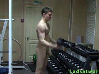 直男孩裸體運動