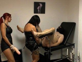 女士xenia和朋友懲罰奴隸與一個巨大的帶