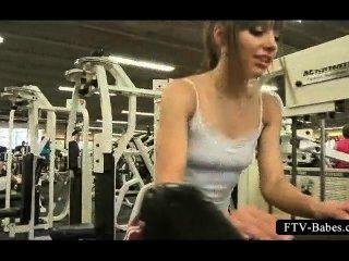 青少年性別的警報器鍛煉在健身房露胸部