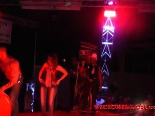 搶劫柴油和女孩從公共色情顯示在舞台上由viciosillos.com