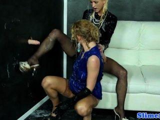 優雅的gloryhole lesbos拳頭和腳的性樂趣