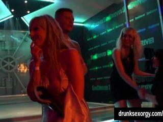 熱的女孩在俱樂部色情跳舞